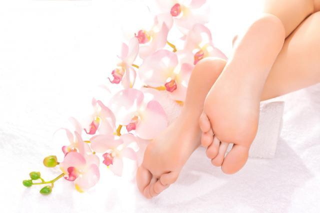 Zadbaj o swoje stopy już dziś. Pokazujemy jak sobie poradzić z popękanymi piętami