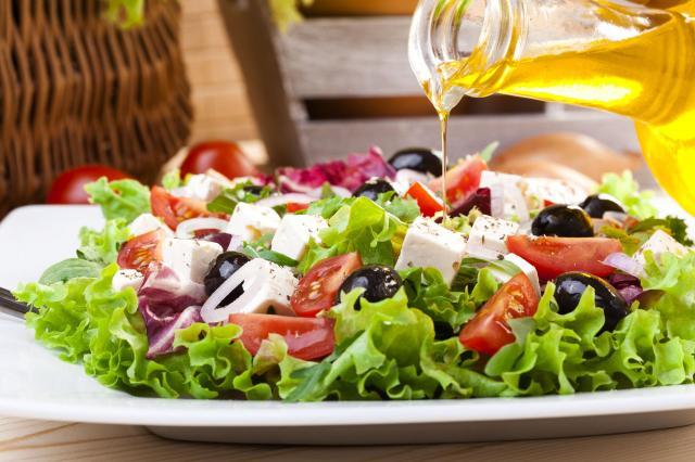 Proste przepisy: 6 pysznych sałatek z pomidorami w roli głównej