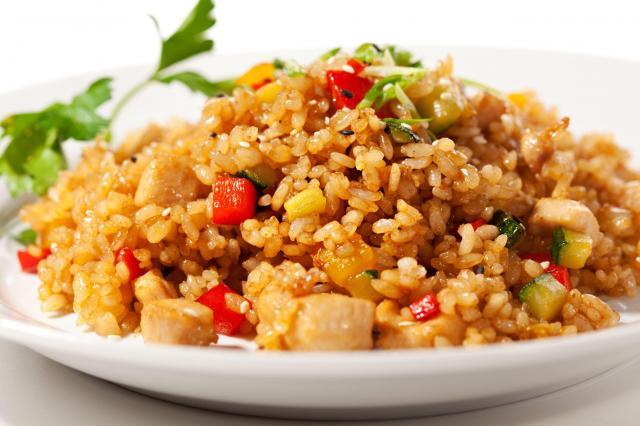 Przepis na sycącą potrawkę z ryżu i kurczaka