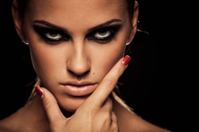 Poradnik makijażu: Smoky eye - idealnie nadaje się na szaloną imprezę, jak i romantyczną randkę