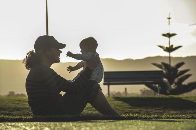 Jak wrócić do formy po porodzie? Praktyczny poradnik dla młodych mam.