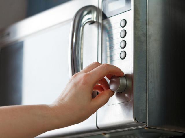 Nietypowe zastosowania kuchenki mikrofalowej. Wiedziałaś o nich?