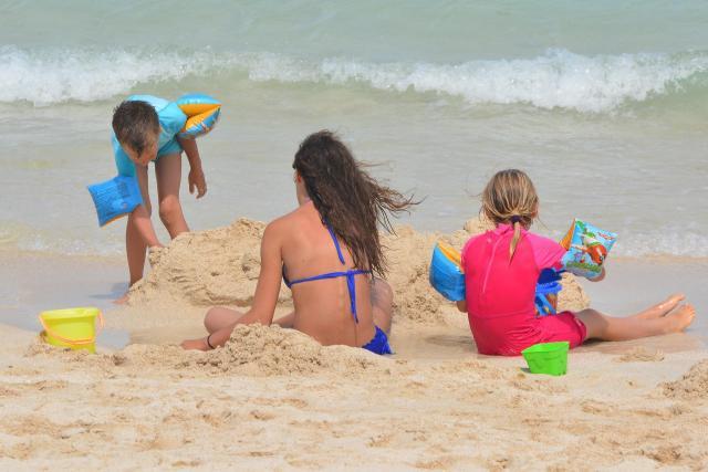 Niezbędne rzeczy, o których musisz pamiętać, gdy wybierasz się na plażę z dzieckiem.