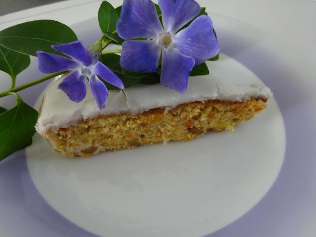 Przepis na ciasto marchewkowe z suszonymi morelami