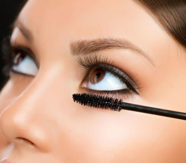 Poradnik wizażystki: Jak rozjaśnić zmęczone oczy?