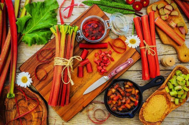 Rabarbarowe szaleństwo - sprawdzone przepisy na smaczne potrawy z rabarbarem