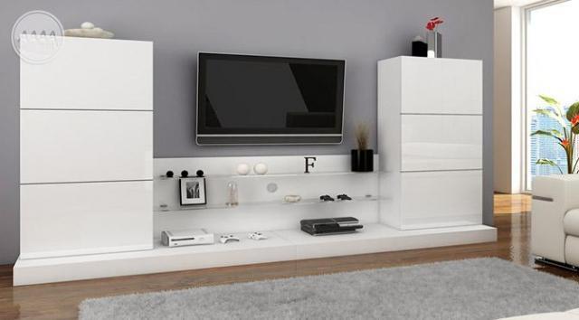 Salon w skandynawskim stylu – biel i ciepłe drewno