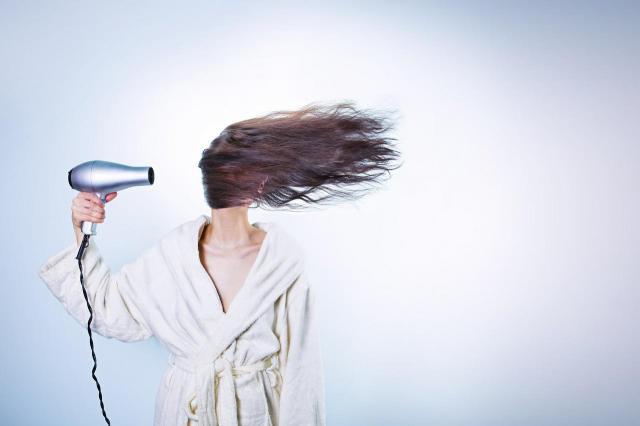 Jak modelować włosy suszarką?