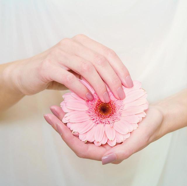 paznokcie czerwone, paznokcie, paznokcie kolory, paznokcie na lato, modne kolory paznokci, paznokcie wzory