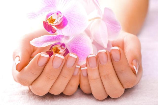 paznokcie francuskie, manicure, paznokcie