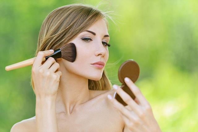 Łatwa sztuka makijażu – malowanie policzków