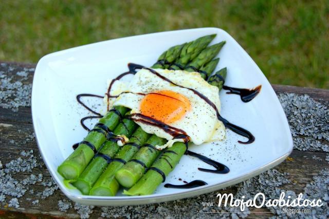 Przepis na szparagi z jajkiem sadzonym