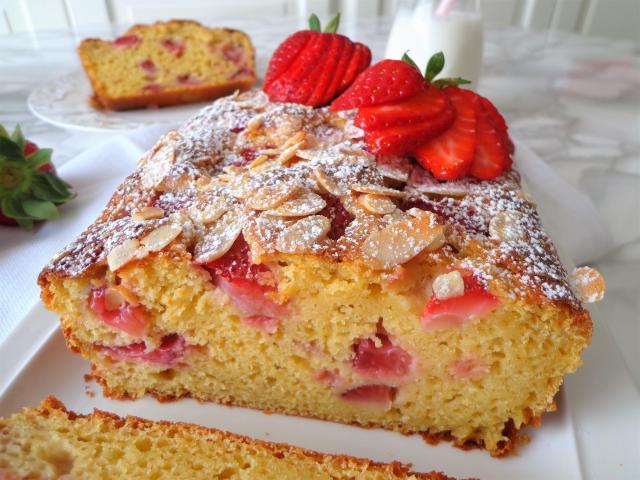 Przepis na ciasto z truskawkami, ricottą i migdałami