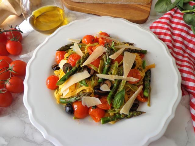 Makaron paglia e fieno z pieczonymi szparagami, pomidorkami i czarnymi oliwkami