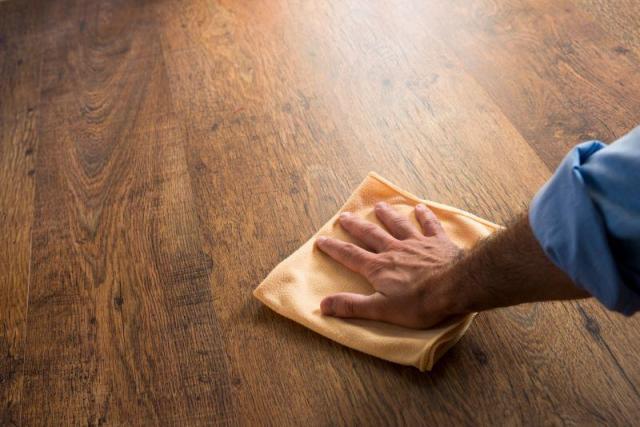Sprzątanie bez bólu głowy? Podpowiadamy jak pielęgnować i myć podłogi z drewna