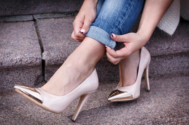 5 problemów, które napotykasz nosząc szpilki