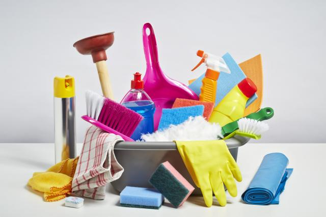 5 złych nawyków podczas sprzątania, przez które niszczysz meble