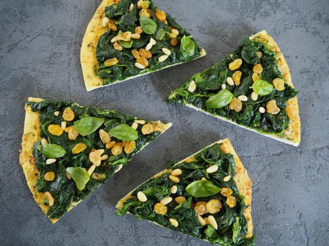 Przepis na pizzę ze szpinakiem, rodzynkami i pesto