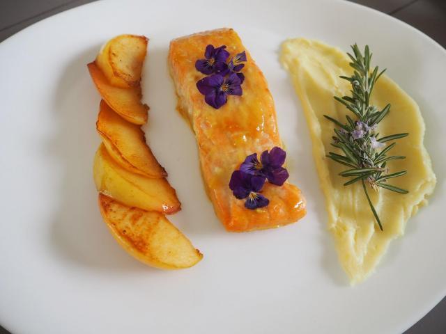 Przepis na łososia w sosie miodowo-musztardowym z jabłkami i rozmarynem