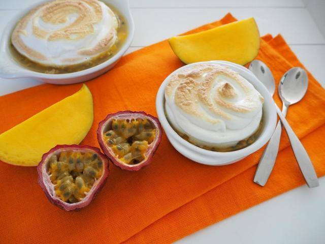 Marakuja i mango pod bezową pierzynką