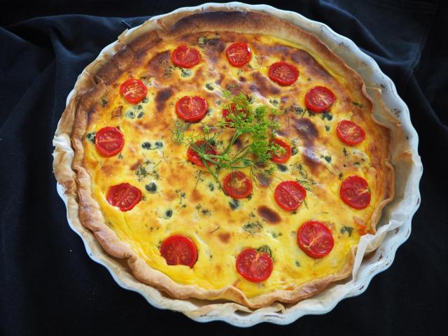 Tarta z łososiem, ricottą i pomidorkami koktajlowymi