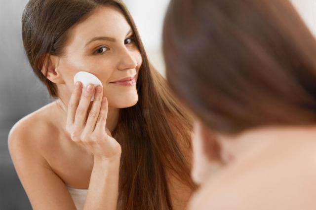 Błędy przy oczyszczaniu twarzy, które popełniasz