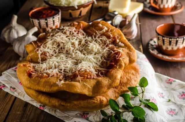 Najprostsze połączenia, najpyszniejsze smaki: Węgierskie langosze