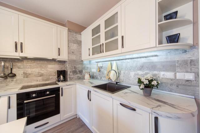 Jak urządzić małą kuchnię? Jakie wybrać meble, kolory i szafki?