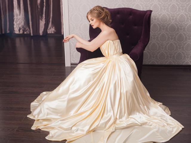 Katalog sukni ślubnych 2020: krótkie i długie propozycje