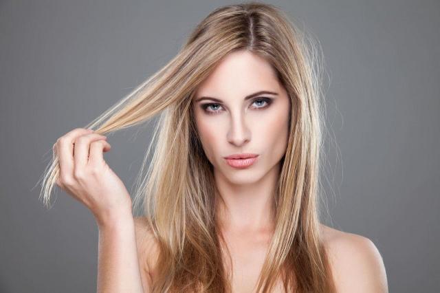 Jak odbudować zniszczone włosy po zimie?