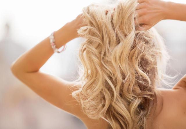 Proste sposoby na puszące się włosy – to naprawdę genialne!