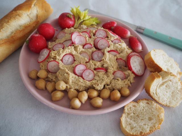 Wegański humus z cieciorki i rzodkiewki