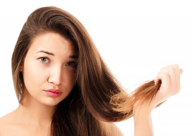 Absolutnie nie rób tych rzeczy z włosami, jeśli chcesz, aby były piękne!