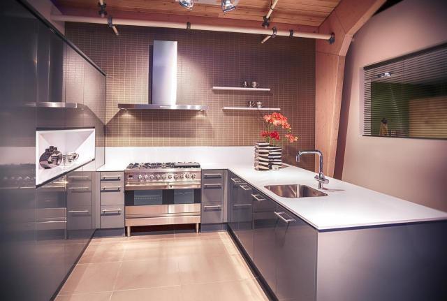 8 sposobów na optyczne powiększenie kuchni