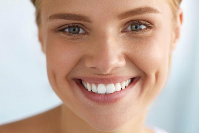 5 trików na temat wybielania zębów w domu, które powinnaś znać