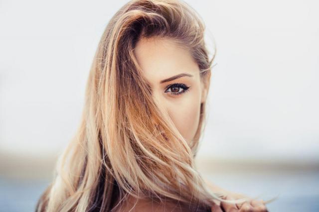 Jaki szampon do włosów wybrać, żeby przywrócić im blask i zdrowy wygląd?