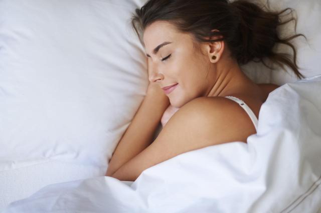 3 niebezpieczne rzeczy, których nie możesz trzymać w łóżku
