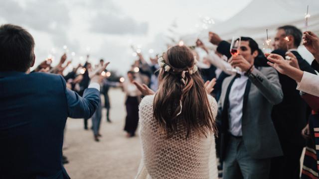 Prezent ślubny – jak przełamać schematy i zaskoczyć młodą parę?