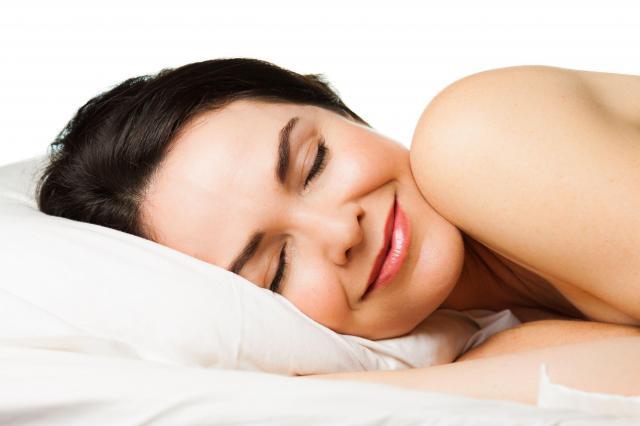 4 prozdrowotne powody dla których warto spać nago