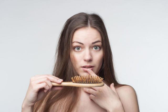 4 witaminy, których brakuje Ci, gdy wypadają włosy