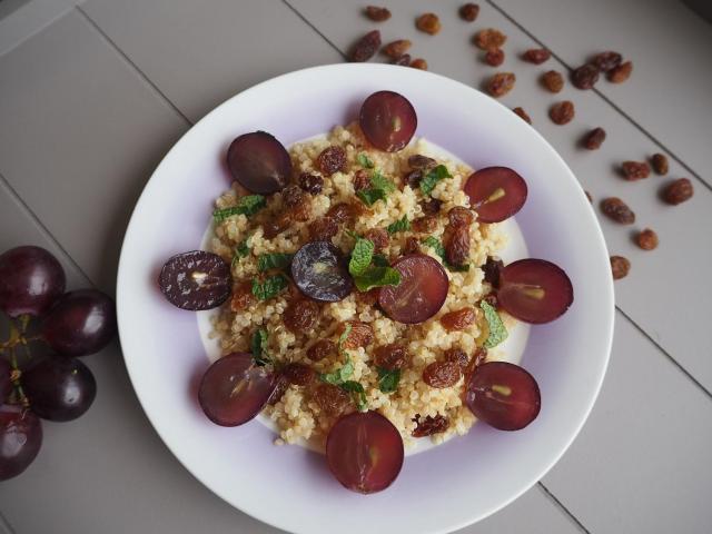 Quinoa z rodzynkami i winogronami