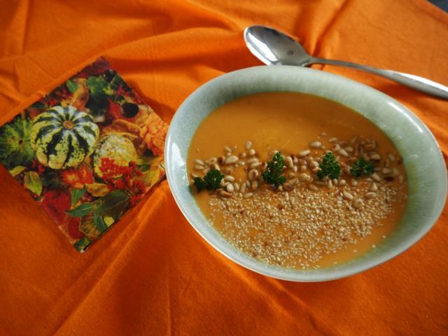 Zupa krem z dyni z sezamem i orzeszkami piniowymi