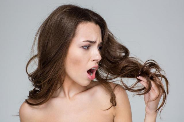 3 małych błędów, które niszczą Twoje włosy zimą