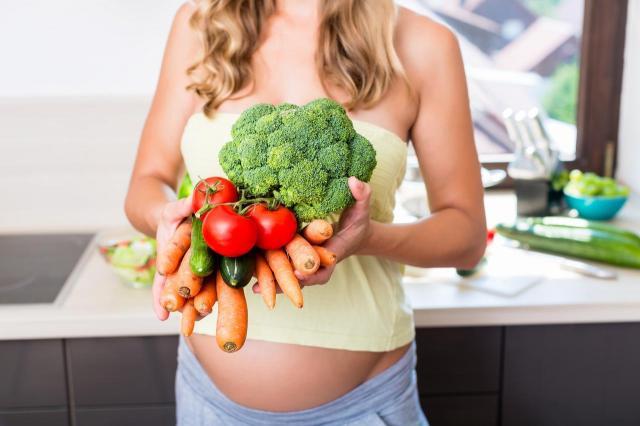 Czego kobiecie w ciąży nie można jeść? Lista produktów