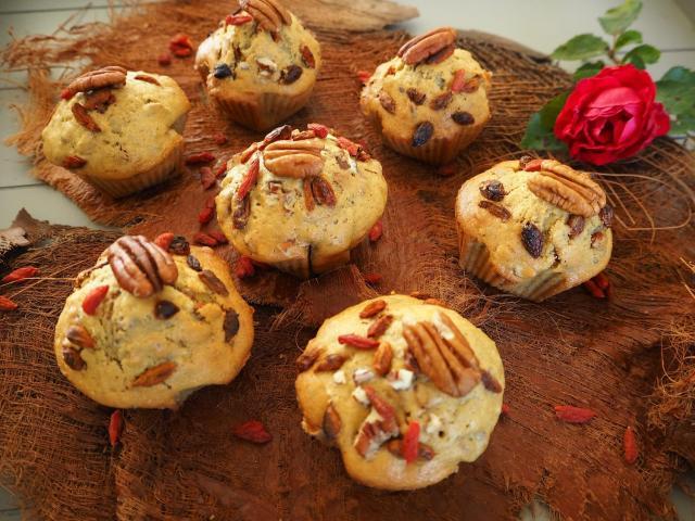 Muffinki z jagodami goji i orzechami pekan