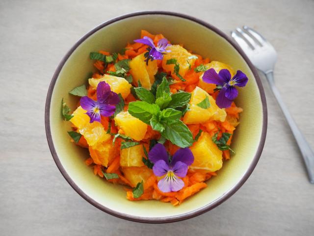 Sałatka z marchewki z pomarańczą i dzikim bratkiem
