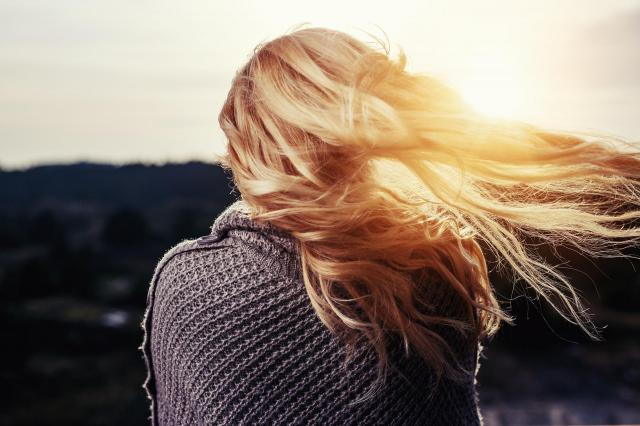 Jak stylizować włosy, by ich nie niszczyć? Proste sposoby na dbanie o włosy