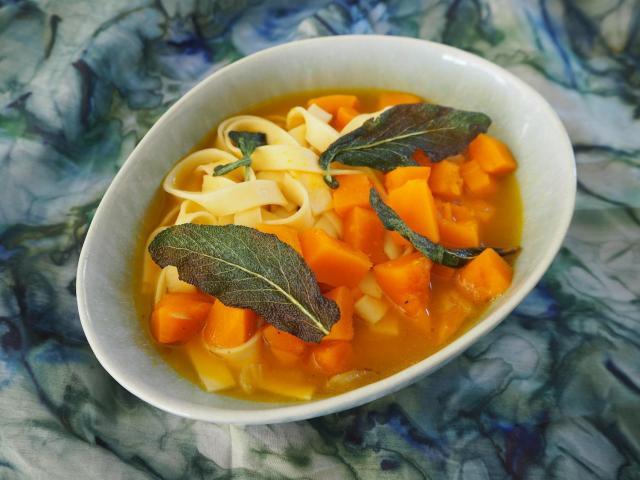 Zupa z dyni hokkaido z liśćmi szałwii i tagliatelle