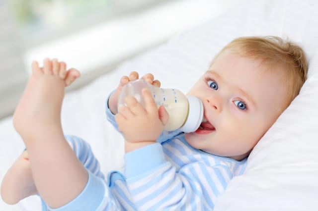 Jak wprowadzić mleko modyfikowane do diety dziecka?
