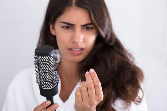 Przyczyny i sposoby radzenia sobie z wypadaniem włosów
